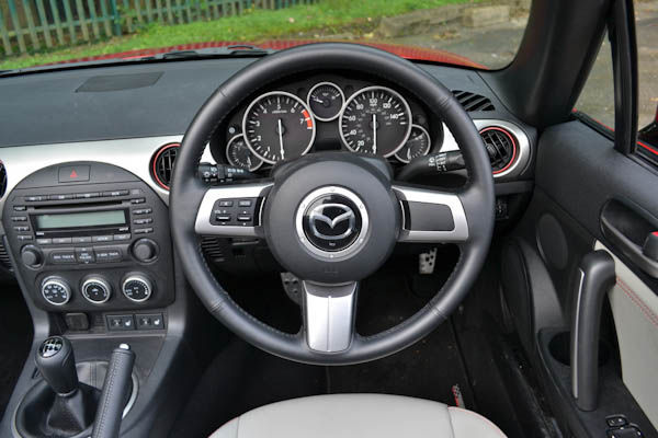 https://photos-2.carwow.co.uk/blog/1600/Mazda-MX-5-Kuro-Interior-Dash.jpg