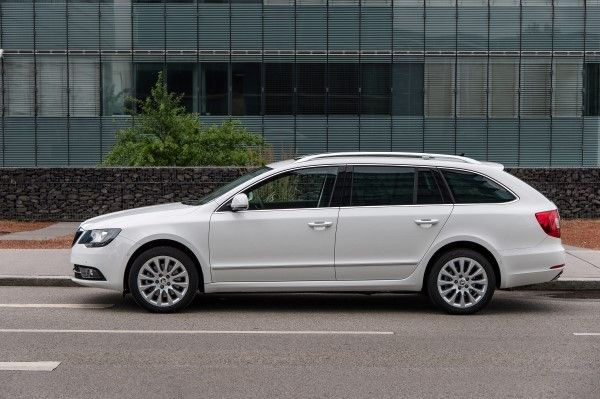 Skoda Superb Estate side